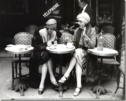 Chicas tomando cafe
