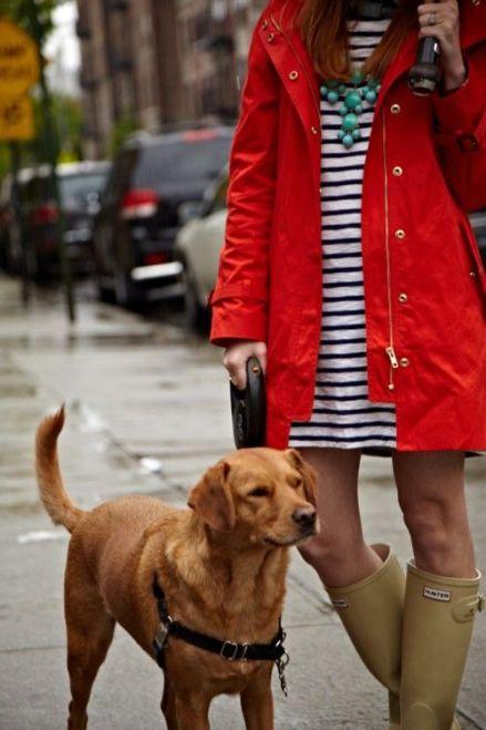 vestido de rayas, trench rojo, botas de lluvia look, look vestido a rayas