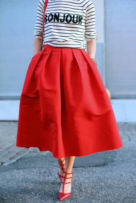 Blusa a rayas y falda roja, look de falda roja