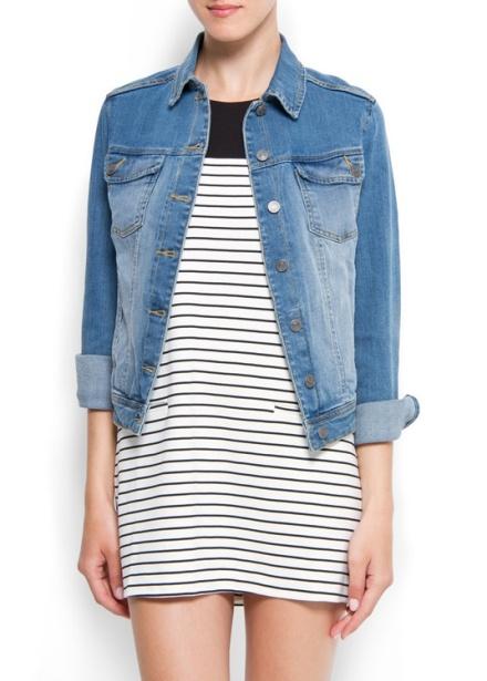 vestido a rayas y chamarra de jeans, look de vestido a rayas
