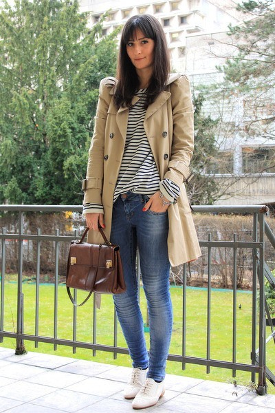 Rayas con trench, trench look y jeans